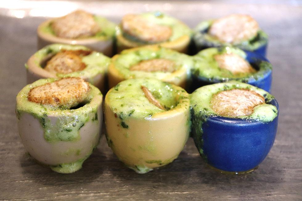 les 12 Escargots de Bourgogne en Godet, beurre mousseux au persil.