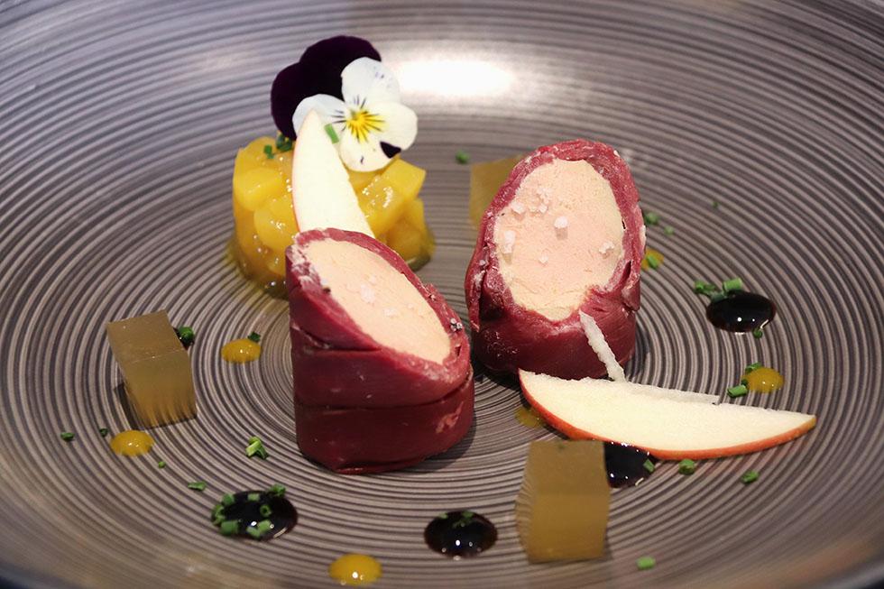 Foie gras poêlé sur une pomme royal gala, sauce aigre douce