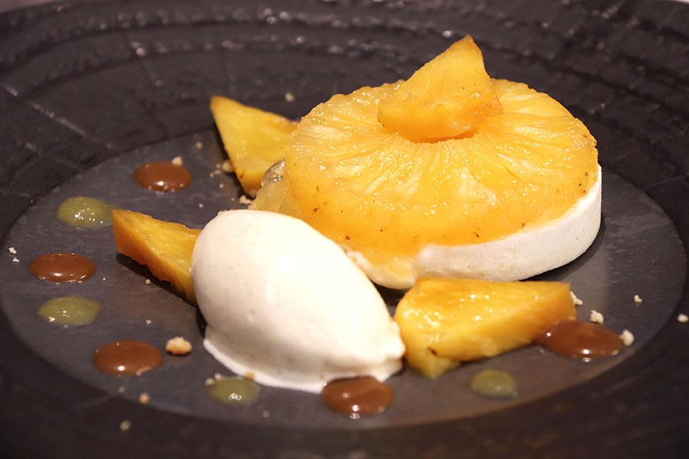 Thème sur l'ananas confit, flambé, parfait glacé et crème glacée « Don papa »